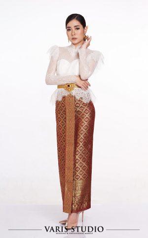 ชุดไทย สำหรับเช่า ชุดไทยประยุกต์เสื้อลูกไม้ขาว ผ้าถุงแดงดิ้นทอง