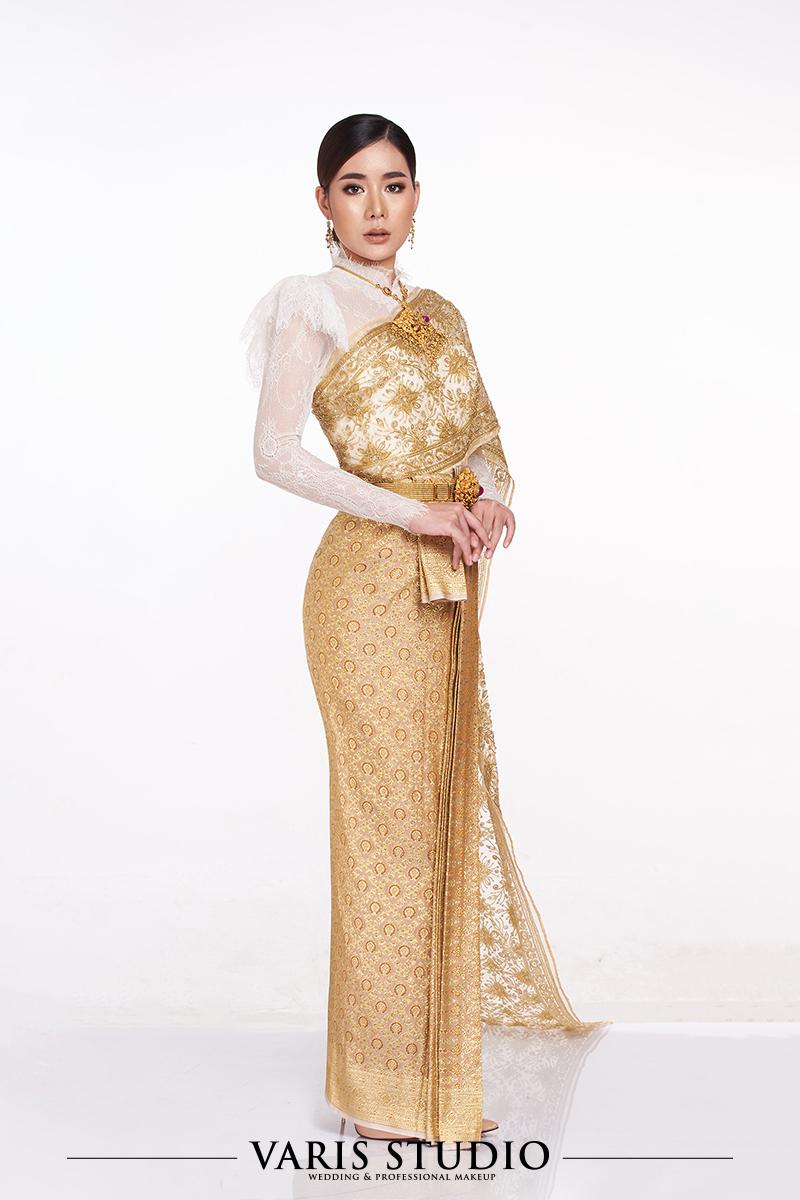 ชุดไทยประยุกต์เสื้อลูกไม้ขาว ผ้าถุงทองดิ้นทอง สไบปัก