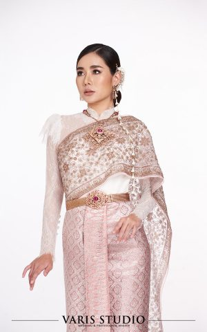ชุดไทยสำหรับเช่า ชุดไทยประยุกต์เสื้อลูกไม้สีขาว ผ้าถุงชมพูดิ้นเงิน สไบปัก