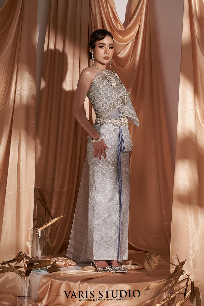 ชุดไทยจักรพรรดิ สีเทาควันบุหรี่ ดิ้นเงิน ลายสับปะรด สไบปัก