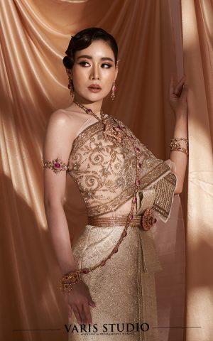 ชุดไทย สำหรับเช่า ชุดไทยจักรพรรดิ สีครีมพีช ดิ้นนาค ลายสับปะรด สไบปัก