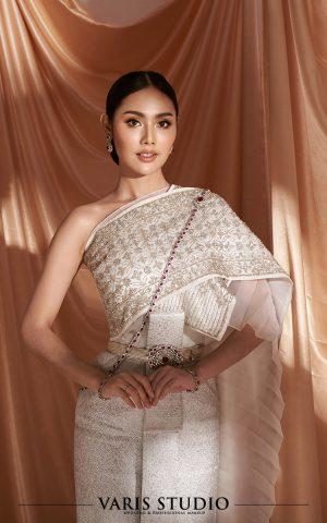 ชุดไทยให้เช่าพร้อมเครื่องประดับ ชุดไทยจักรพรรดิ สีขาวมุก ดิ้นเงิน ลายประจำยามตาอ้อย สไบปัก
