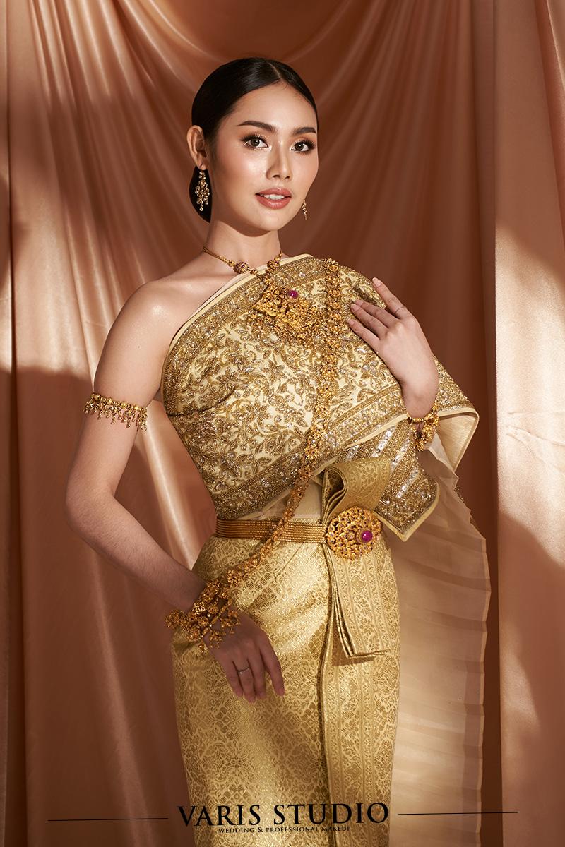 ชุดไทยจักรพรรดิ สีทอง ดิ้นทอง ลายยกดอกใหญ่ สไบปักดิ้นทอง รองด้วยผ้าไหมปักธงชัยดิ้นทอง